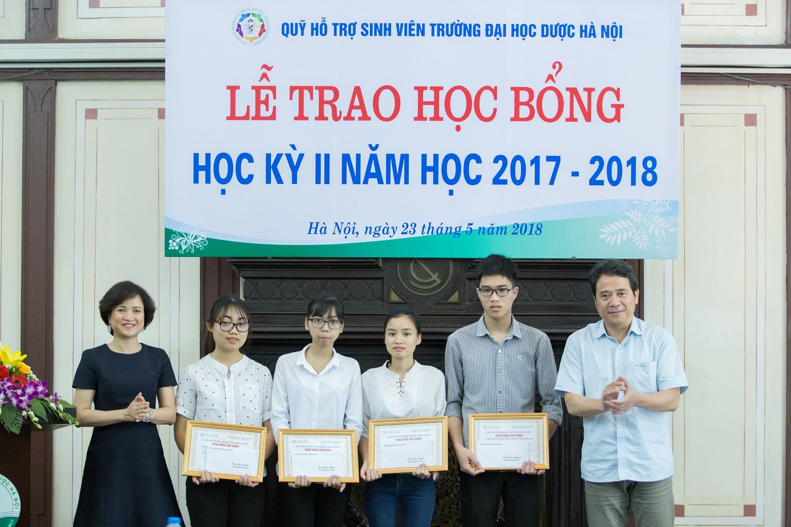 Sao Thái Dương tham gia vào lễ trao học bổng cho sinh viên học kì II năm học 2017-2018, Trường Đại Học Dược Hà Nội