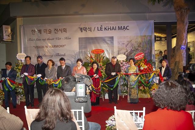 """Collagen Tây Thi – Vinh dự được hai nữ họa sĩ nổi tiếng lựa chọn làm quà tặng cho Khách mời tham dự sự kiện Triển lãm Việt Hàn """"Vision in Harmony"""""""