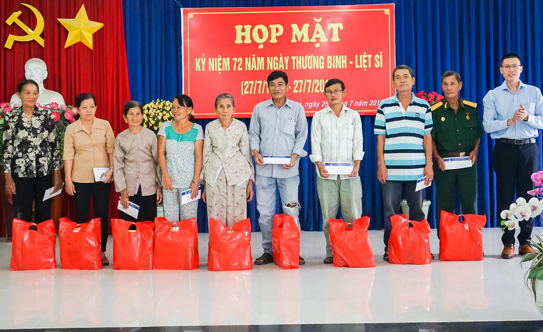 Sao Thái Dương thăm hỏi và tặng quà các thương binh, gia đình chính sách